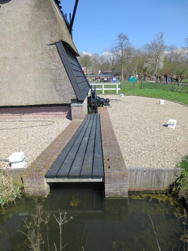 Een brugdek en een brugleuning bijmolen